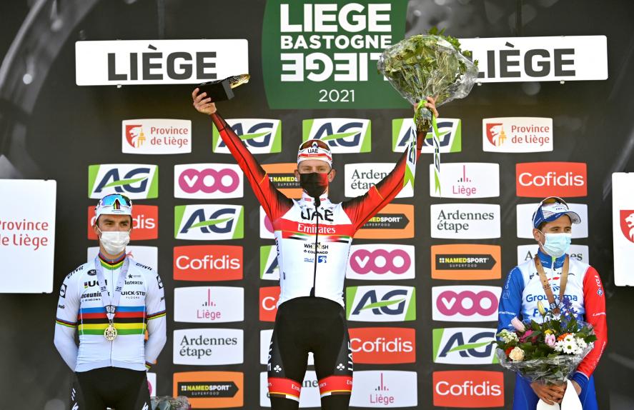 Julian Alaphilippe (I), Tadej Pogacar (C) y David Gaudu (D) en el podio final de la Lieja-Bastoña-Lieja.