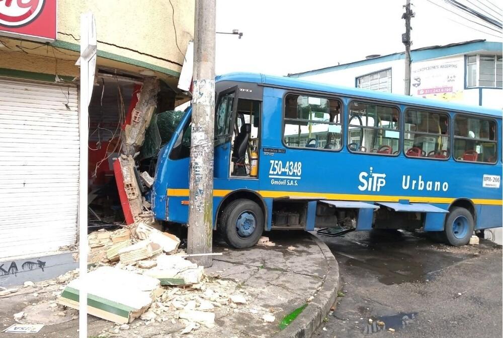 Choque de bus del SITP contra vivienda en el occidente de Bogotá
