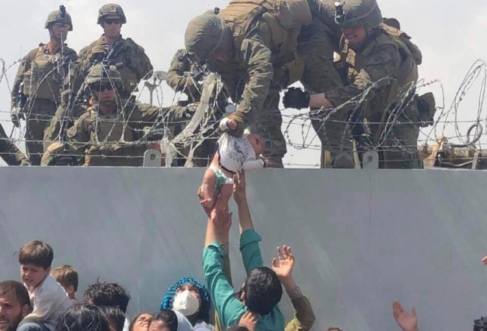 Afganistán entregan sus hijos a soldados.jpg