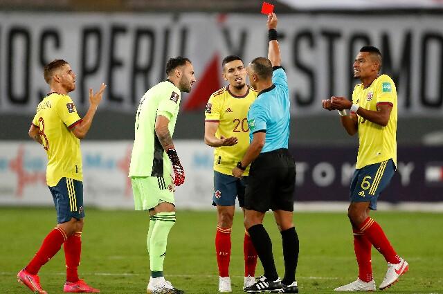 Daniel Muñoz fue expulsado en Perú vs. Colombia