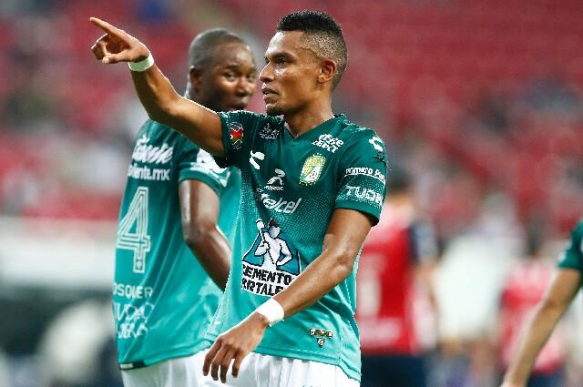 Celebración de William Tesillo, tras su gol con el Club León