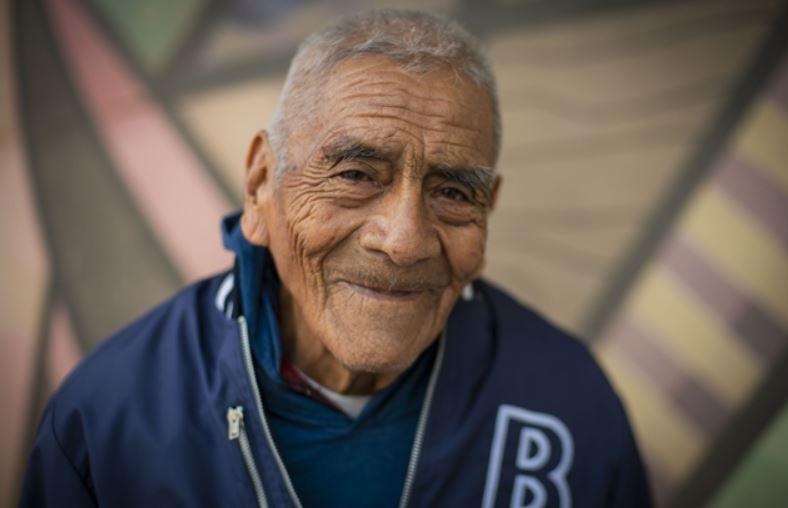 Don Felipe Espinosa Tecuapetla se graduó a los 84 años de ingeniero