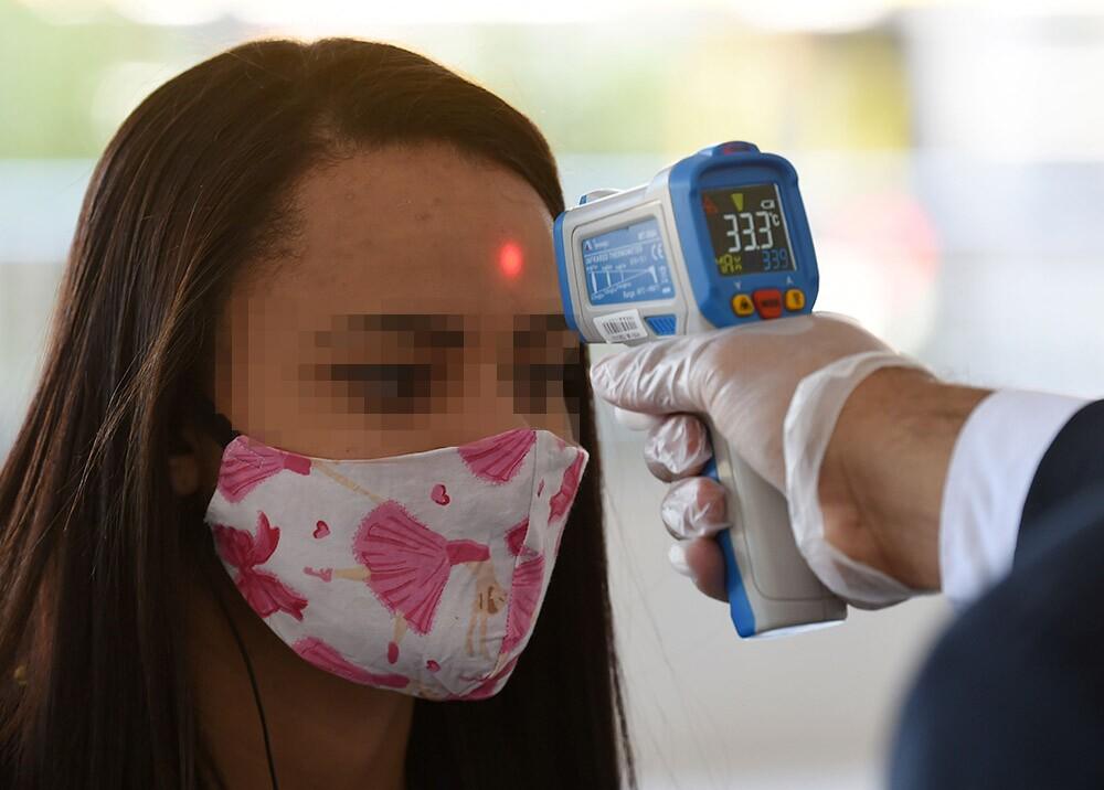 374406_Medición de temperatura corporal durante la pandemia // Foto: AFP, imagen de referencia
