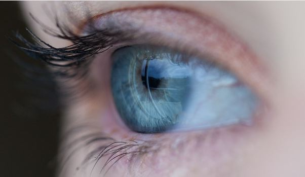 Se aplicó pegamento instantáneo en los ojos en lugar de gotas oftálmicas