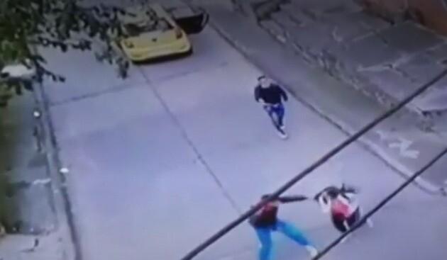 Delincuentes en taxi atacaron a puños a joven para robarla en el sur de Bogotá.jpeg