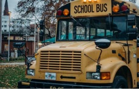 Niños le pidieron ayuda a conductor de bus escolar
