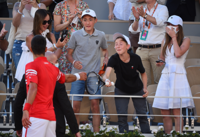 Novak Djokovic le regaló la raqueta del título de Roland Garros a un niño mexicano.