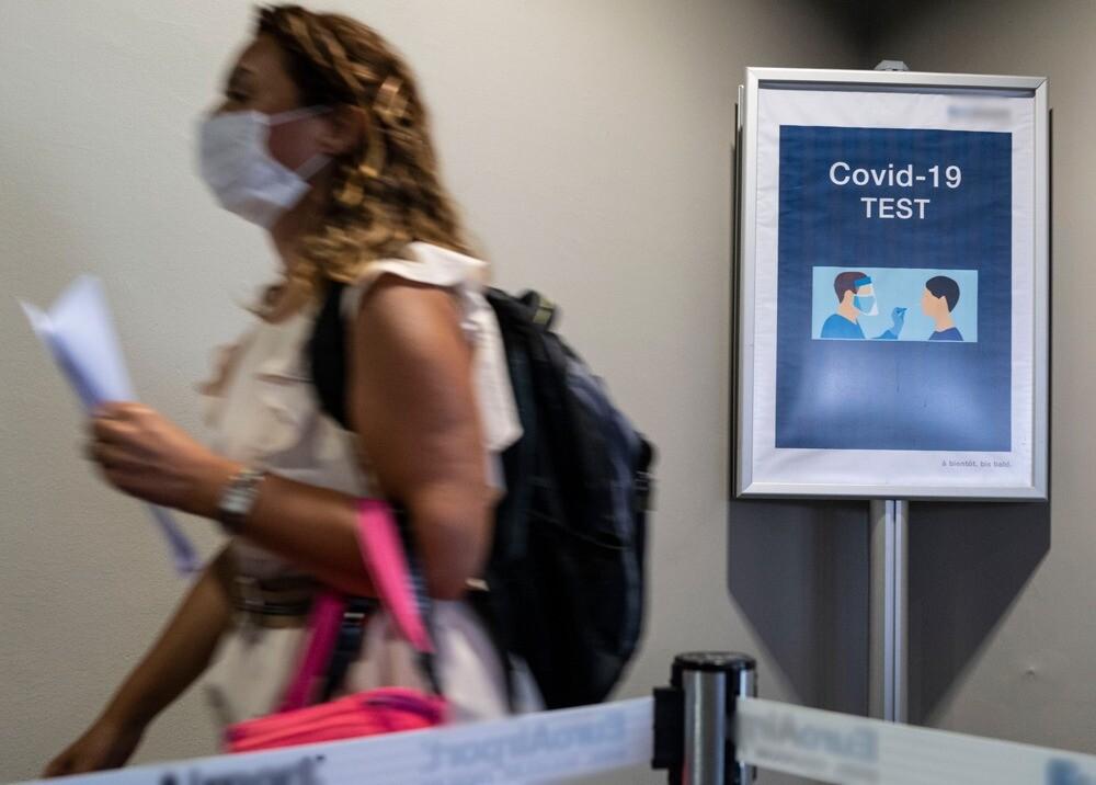373937_Prueba COVID-19 a pasajeros de vuelos // Foto: AFP, imagen de referencia