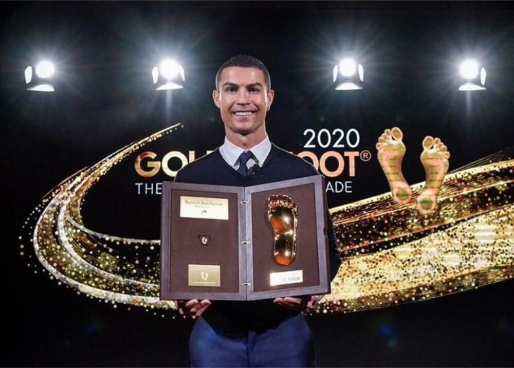 Cristiano Ronaldo Golden Foot 2020 Foto twitter CR7.jpg