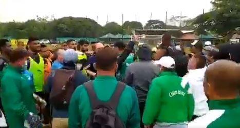 Hinchas del Deportivo Cali presionando a los jugadores en su práctica.JPG