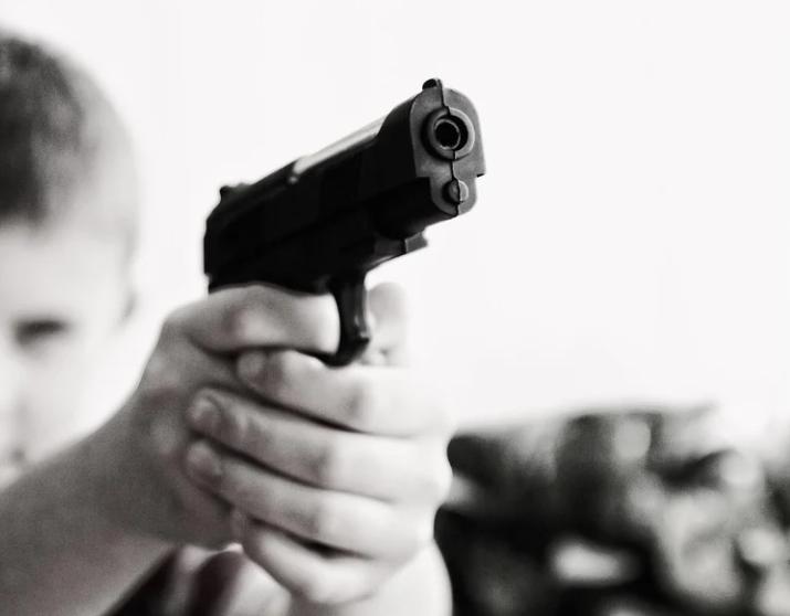 Joven con pistola