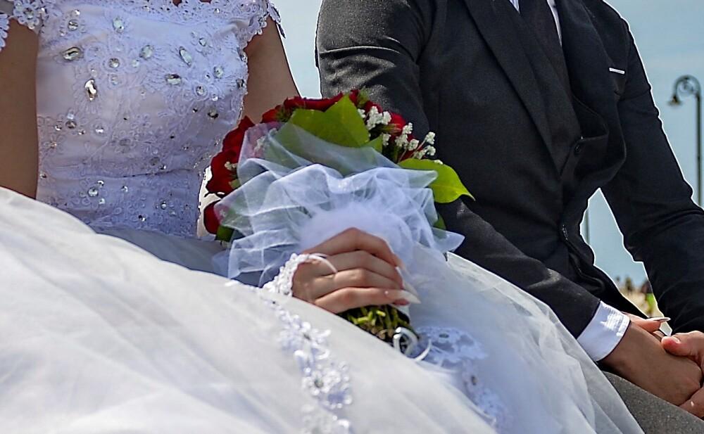 Pareja pidió a los invitados a su boda que lavaran los platos