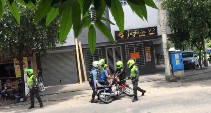 2 jóvenes se enfrentan a agente de tránsito .jpg