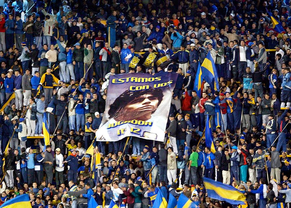 Hinchas de Boca Junios y Maradona