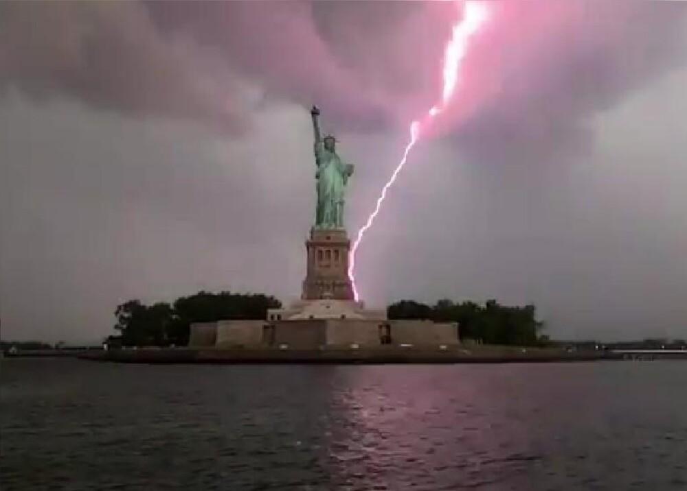 372288_Rayo impacta en la Estatua de la Libertad // Foto: Captura de video Twitter @_Mikey_Cee