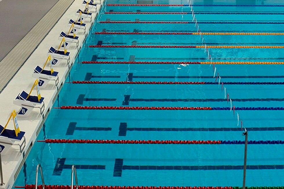 Niña murió luego de que equipo de natación cubriera con una lámina la piscina en la que estaba
