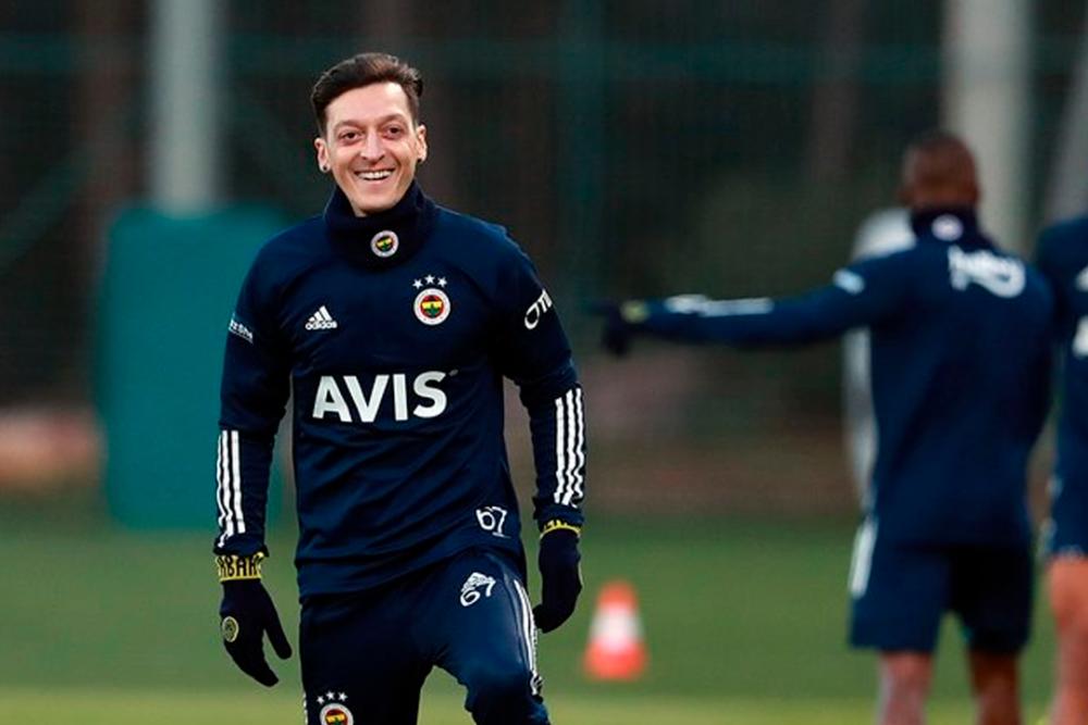 Mesut Ozil, jugador de Fenerbahçe. Foto Fenerbahçe Oficial.png