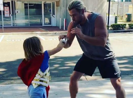 Chris Hemsworth y su hijo.JPG