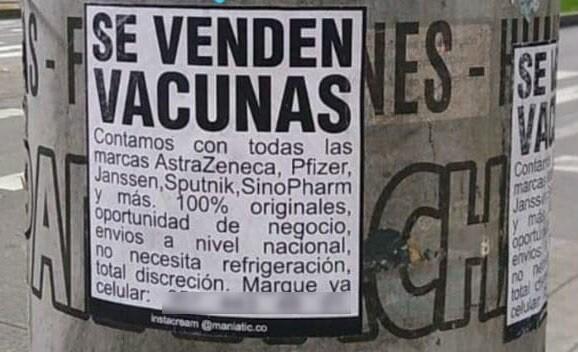 Carteles que ofrecen la vacuna contra el COVID-19