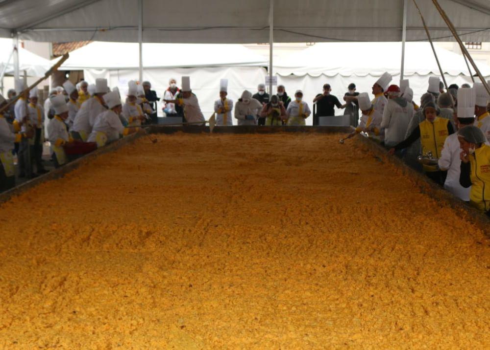 345700_BLU Radio. Colombia rompió Récord Guinnes con los huevos revueltos más grandes del mundo // Foto: AFP