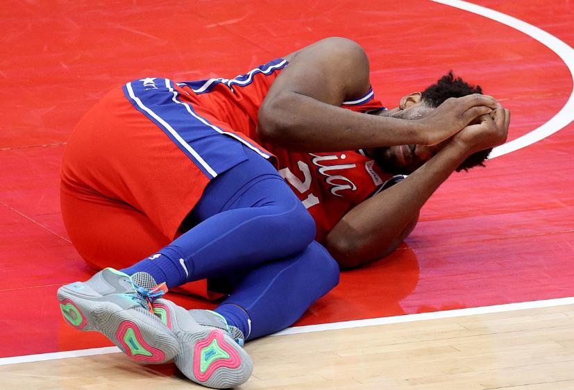 Joel Embiid sufrió escalofriante lesión.