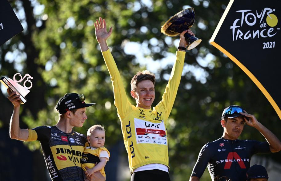 Jonas Vingegaard (I), Tadej Pogacar (C) y Richard Carapaz (D) en el podio final del Tour de Francia 2021.