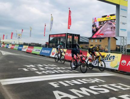 Wout Van Aert y Thomas Pidcock definieron en 'foto finish' la Amstel Gold Race.
