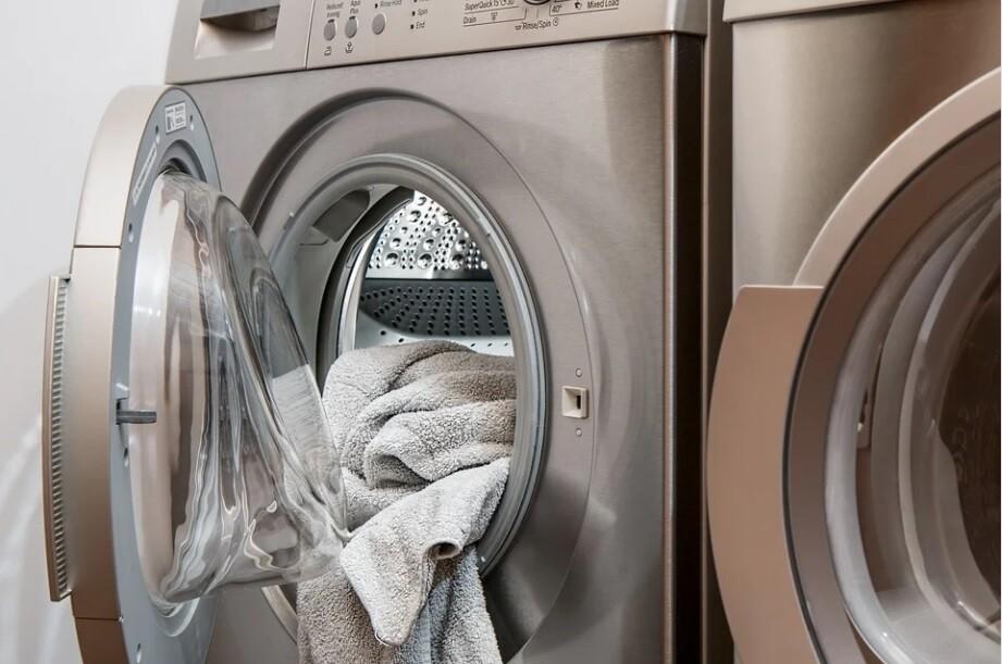 Papá arrojó a su hija de 4 meses en una secadora de ropa y la encendió