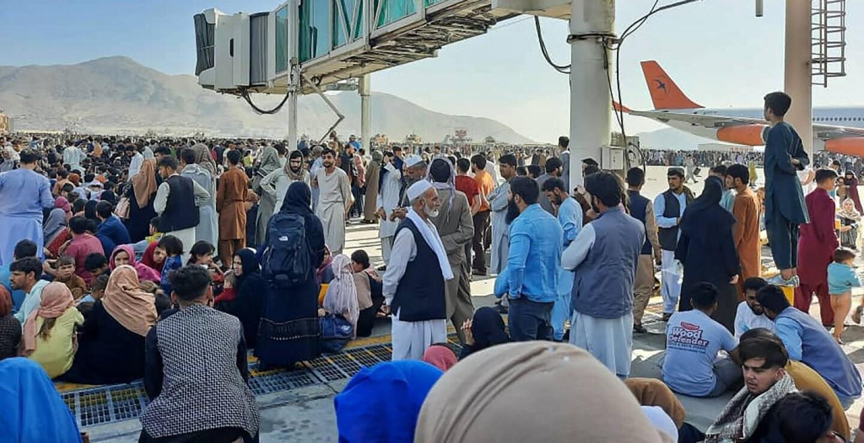 Miles de ciudadanos se apresuraron hacia el aeropuerto de la ciudad con la esperanza de ser evacuados cuanto antes de Afganistán.