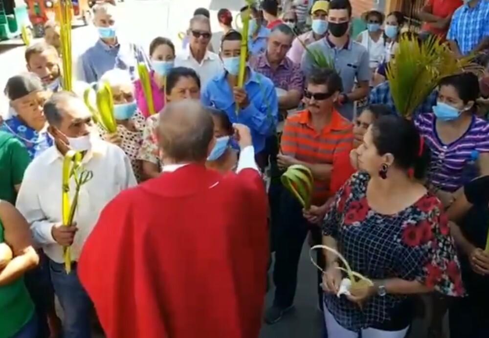 Cura quitó tapabocas a feligreses a la fuerza en Domingo de Ramos