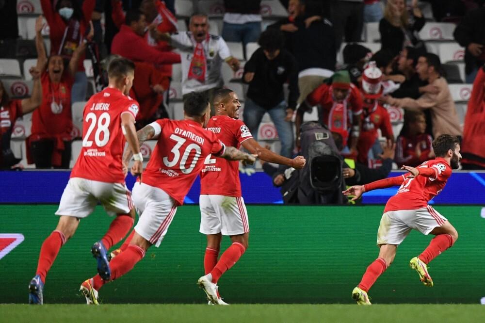 Rafa Silva, jugador de Benfica, celebrando un gol al Barcelona. AFP.jpeg