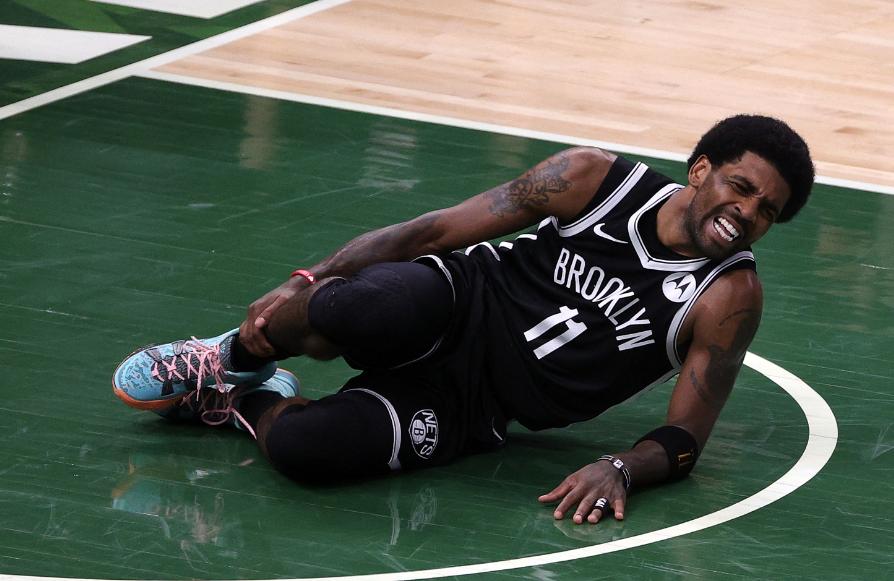Kyrie Irving sufrió un esguince en el tobillo derecho.