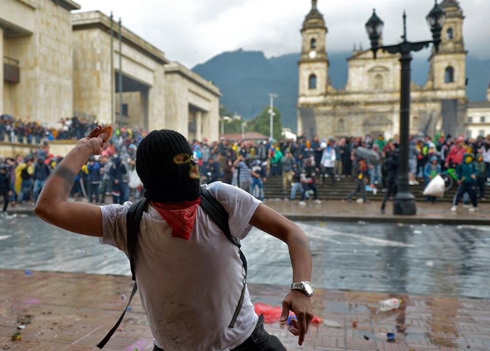 Encapuchado durante protesta en Bogotá : Foto AFP.jpeg