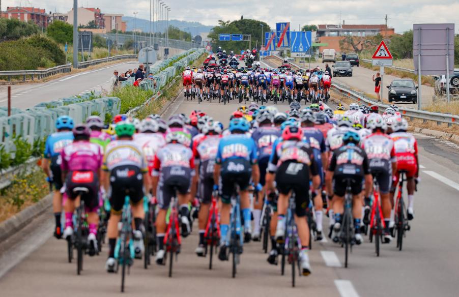 El pelotón durante la etapa 8 del Giro de Italia 2021.