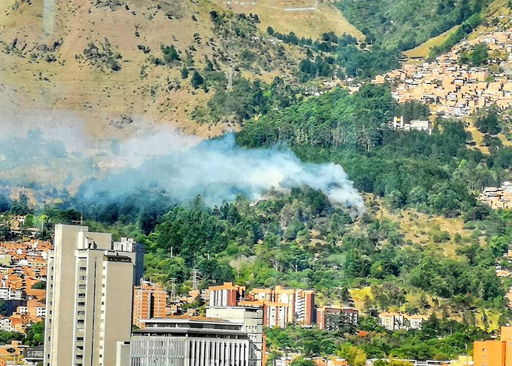 342752_BLU Radio. Incendio en el Cerro de las Tres Cruces / Foto: @DAGRDMedellin