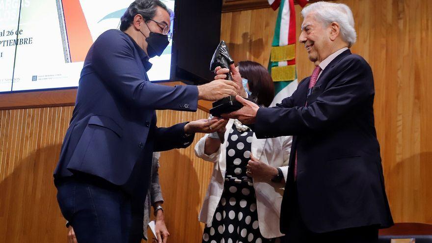 Vásquez recibe el Premio Vargas Llosa por una novela que ayuda a entender a Colombia.jpg
