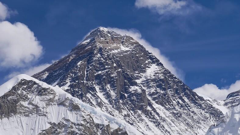 Vista de cerca de la cima del imponente Monte Everest