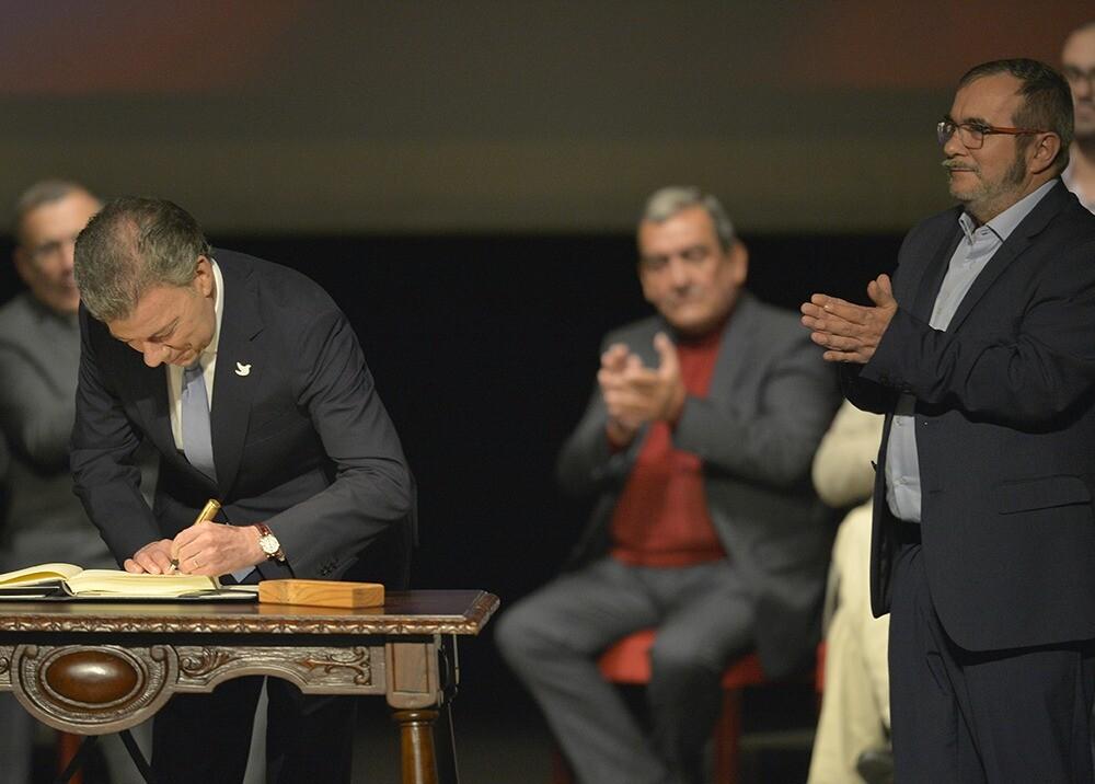 Firma del acuerdo de paz en el teatro Colón afp archivo.jpeg
