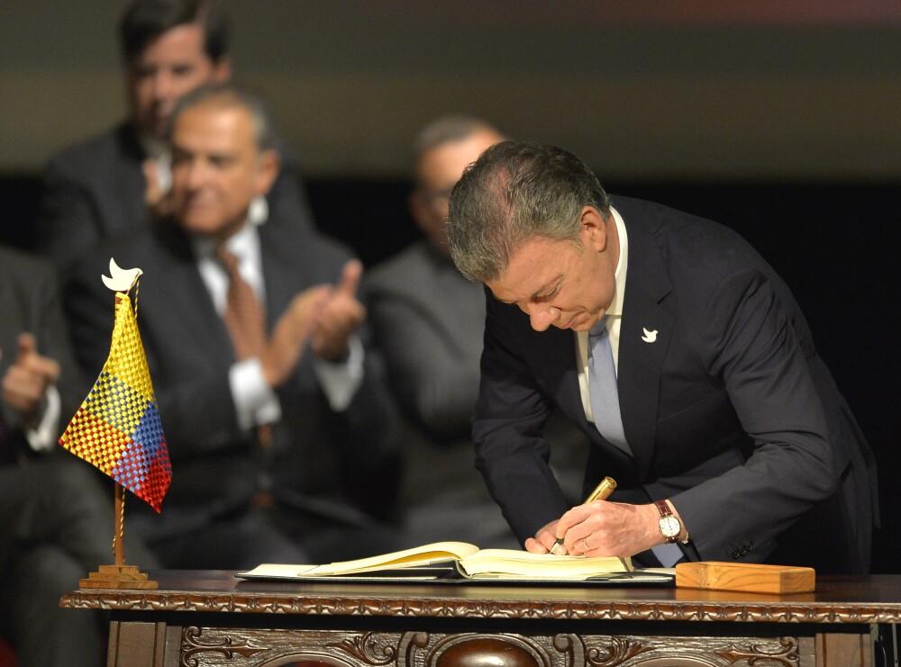 312126_El presidente Santos firma el histórico acuerdo de paz entre el gobierno colombiano y las Farc en el Teatro Colón en Bogotá, el 24 de noviembre de 2016 – Foto: AFP