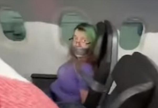 Mujer intentó abrir la puerta de avión en pleno vuelo