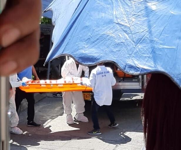 Pareja muerta en Robledo Aures, Medellín.jpeg