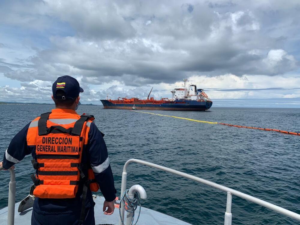 374935_BLU Radio // Comienza transferencia de carga del buque Nordic Wolverine que encalló en Bocas de Ceniza // Foto: Dimar