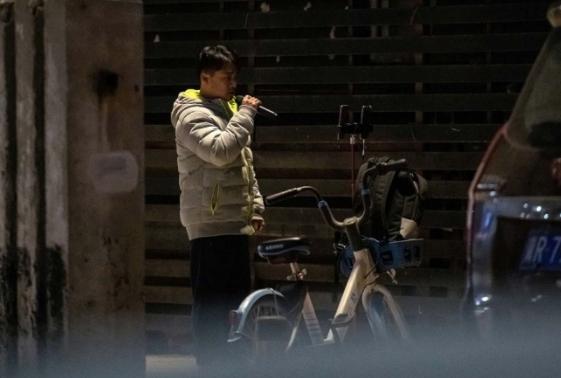 Zhang Shangwu hace shows en redes sociales para sobrevivir.