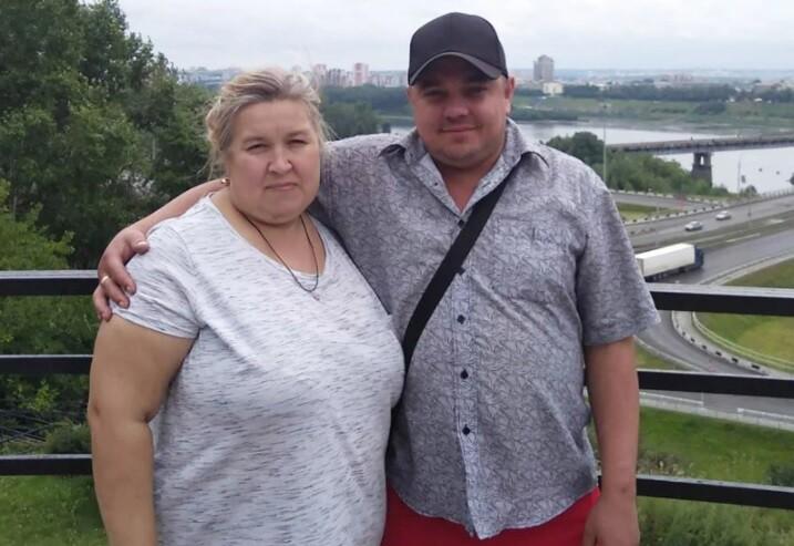 Mujer se sentó en el cuello de su marido y lo mató