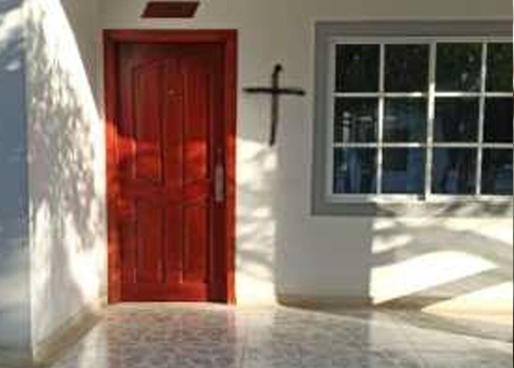 cruces pintadas en casas de atlantico.jpg