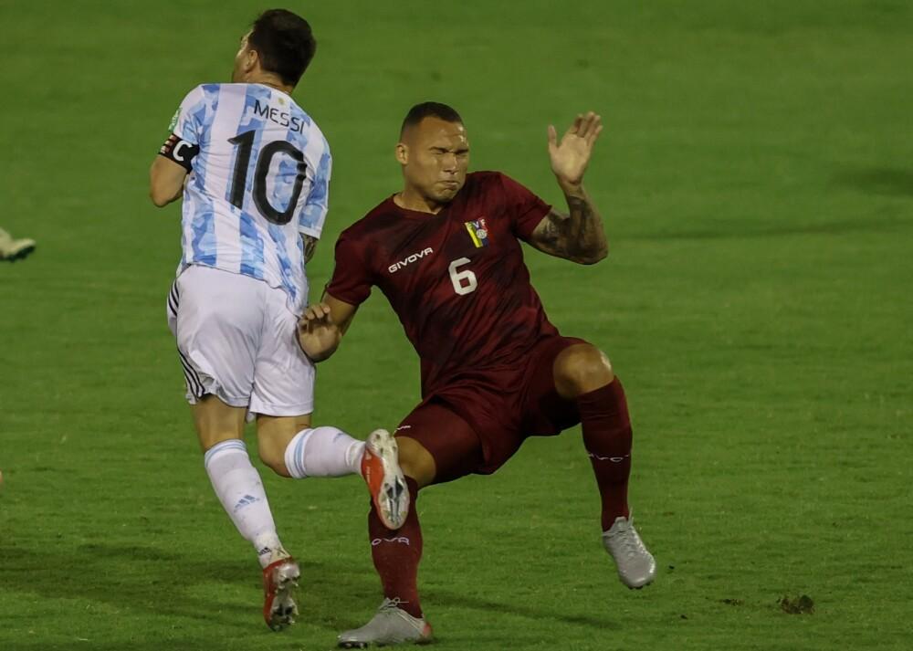 Patada de Adrián sobre Lionel Messi..jpeg