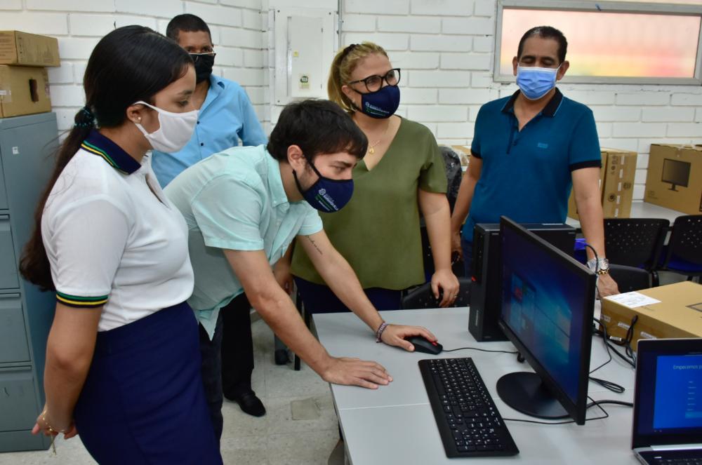 372622_BLU Radio // Donación computadores para víctimas del conflicto // Foto: Alcaldía Distrital de Barranquilla