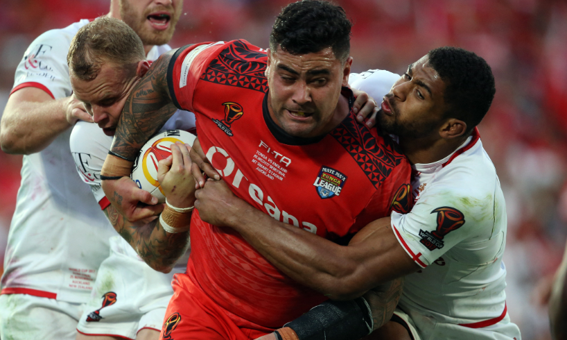 Andrew Fifita sufrió una dura tacleada en un juego de rugby.