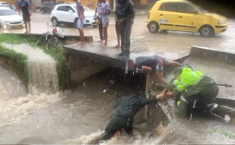 policia rescatando a niño en barranquilla.jpg