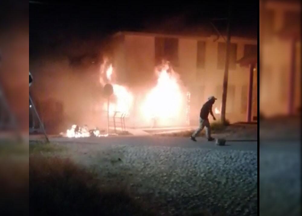 manifestantes queman alcaldia de cajibio cauca.jpg